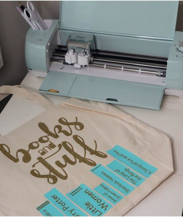 Make this adorable and easy DIY personalized library tote bag with the Cricut Explore Air 2. This is a great beginner craft project that would also make a great gift idea.